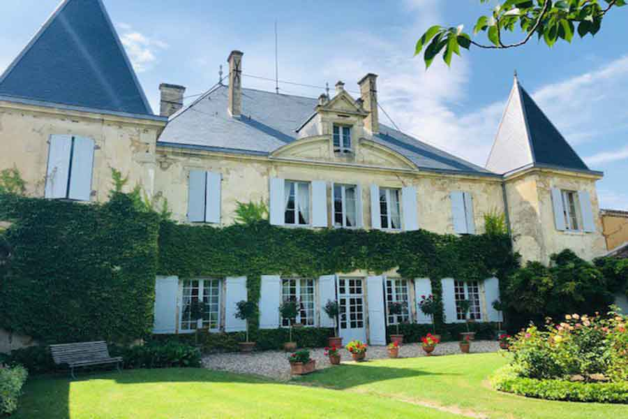 Elegant Chateau for sale in Gironde- 17th Century.