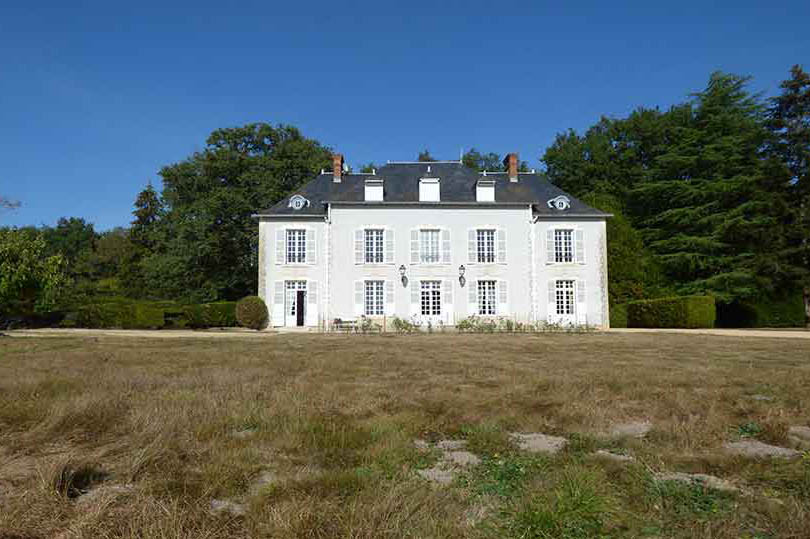 Hunting estate with Maison de Maitre & Lakes for sale.