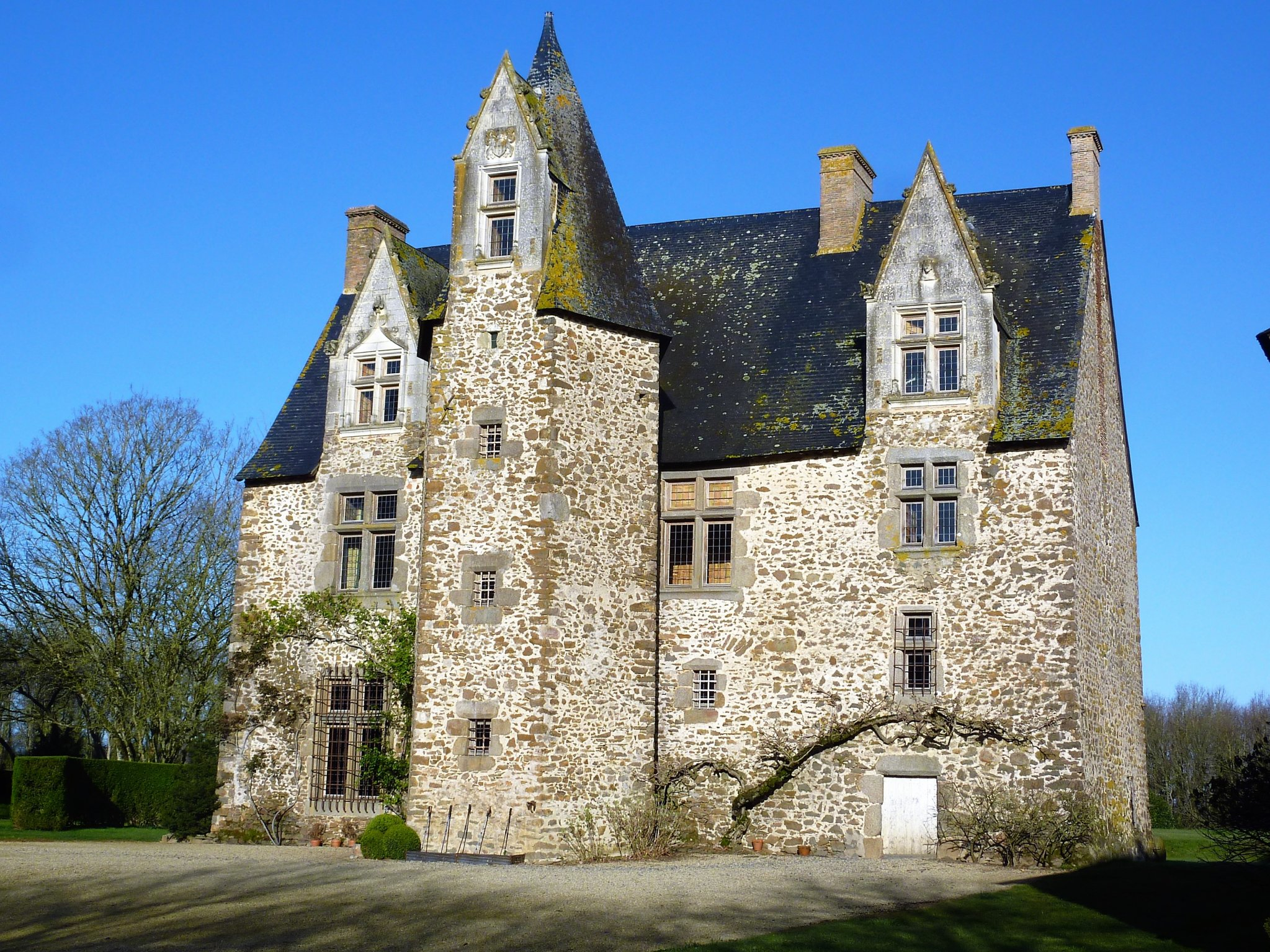 Fabulous 16th C listed Manor house - lake+outbuildings